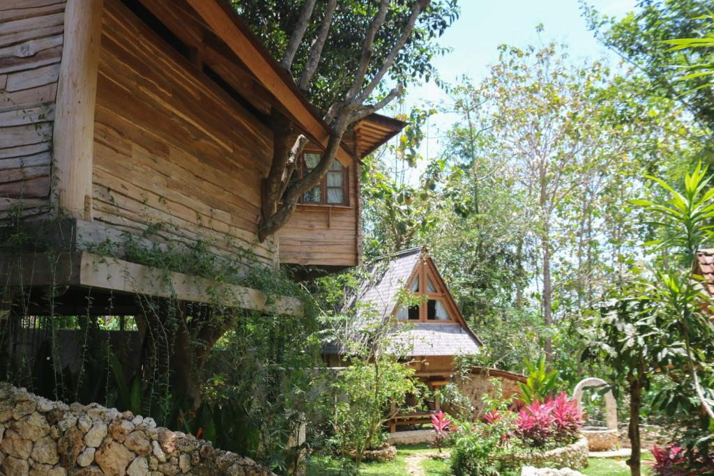 Exterior view of the treehouses at Roots Tree House Ungasan