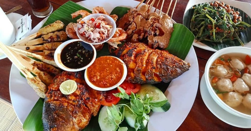 For local cuisine, eat and drink at Warung Mina Renon