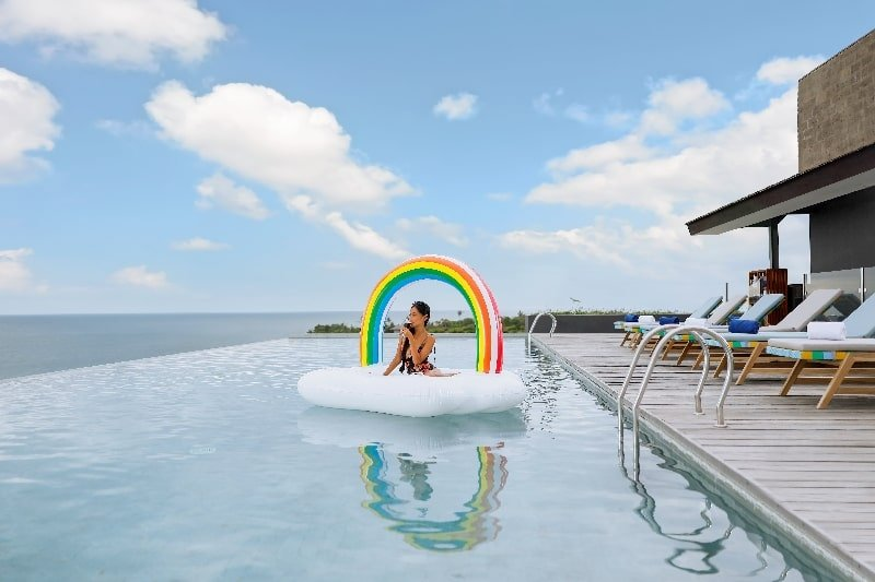 Enjoy the sea and sky by the pool of Citadines Berawa Beach Bali
