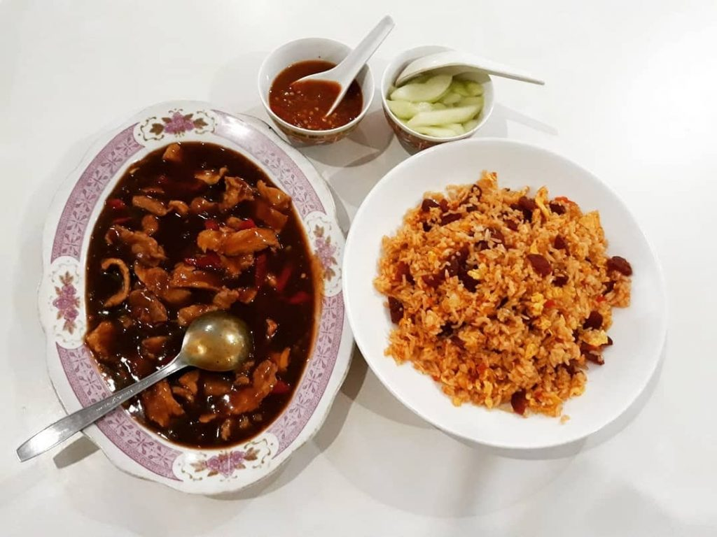 For Chinese dishes, eat and drink at Restoran Atoom Baru